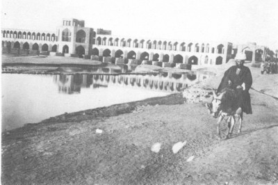 Khadjou bridge, over Zayandeh Roud on the entrance to Ispahan.